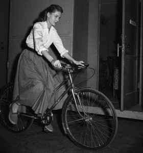 Lauren Bacall à vélo